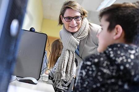 Die App «Zukunft läuft» soll auf der Suche nach dem passenden Weg in Ausbildung und Beruf helfen, sagt die Rheinland-pfälzische Bildungsministerin Stefanie Hubig (SPD). Foto: Uwe Anspach/Archiv/dpa
