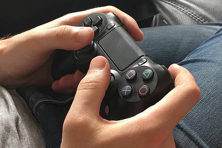 Hände an Controller der Playstation