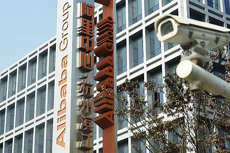 Das Logo der Alibaba Group am Hauptsitz des Unternehmens in Hangzhou in der ostchinesischen Provinz Zhejiang. Foto: -/CHINATOPIX/AP/dpa