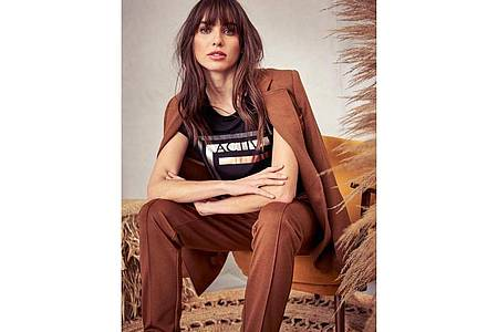 Blazerkombinationen mit T-Shirt drunter, sind nichts Neues - aber sie sind jetzt stark angesagt. Hier ein Kombinationsbeispiel aus Jersey von Aniston by Baur (Longblazer ca. 70 Euro, Hose ca. 50 Euro, T-Shirt ca. 20 Euro). Foto: Baur/dpa-tmn