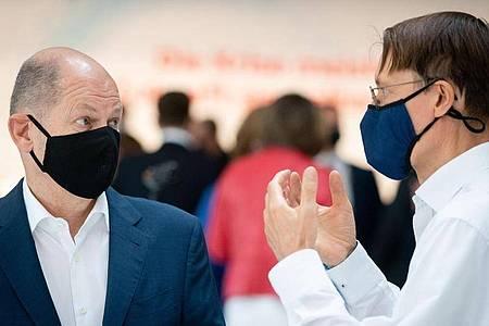 Finanzminister Olaf Scholz (l) und Gesundheitsexperte Karl Lauterbach zu Beginn der Klausurtagung in Berlin. Foto: Kay Nietfeld/dpa