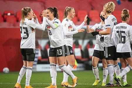 Die DFB-Frauen jubeln nach dem 2:0 durch Laura Freigang (l). Foto: Matthias Balk/dpa