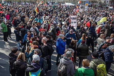 Zahlreiche Menschen nehmen auf dem Marienplatz an einer Demonstration der Initiative «Querdenken» teil. Foto: Christoph Schmidt/dpa