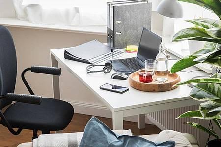 Wer für die Arbeit im Homeoffice einen Laptop nutzt, sollte einen externen Bildschirm und eine Tastatur anschließen. So lassen sich Zwangshaltungen vermeiden. Foto: Christin Klose/dpa-tmn