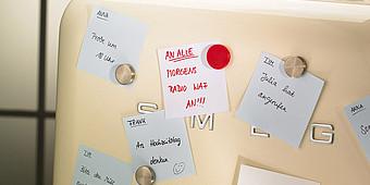 Kühlschrank mit Haftnotizen
