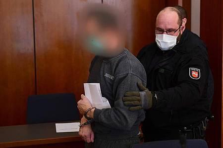 Der Angeklagte wird in den Gerichtssaal im Göttinger Landgericht geführt. Foto: Swen Pförtner/dpa