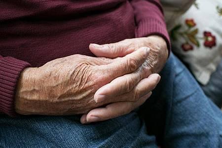 Viele ältere Menschen mit Demenz haben rechtliche Betreuerinnen oder Betreuer, die etwa die Finanzen für sie regeln. Foto: Karolin Krämer/dpa-tmn