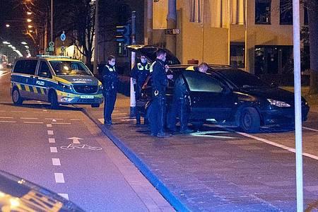 Einsatzkräfte am Tatort. Foto: Alexander Forstreuter/dpa