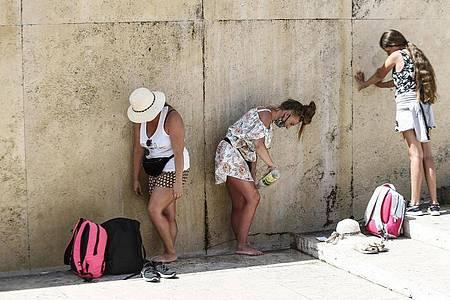 Touristinnen kühlen sich am Trevi-Brunnen in Rom ab. Foto: Cecilia Fabiano/LaPresse via ZUMA Press/dpa