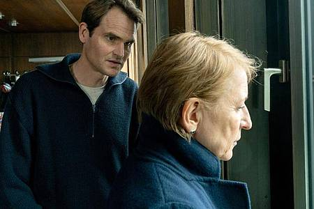 Felix Voss (Fabian Hinrichs) und Paula Ringelhahn (Dagmar Manzel) sind bestürzt über die aktuellen Entwicklungen. Foto: Marc Reimann/BR/Claussen+Putz Filmproduktion GmbH/dpa