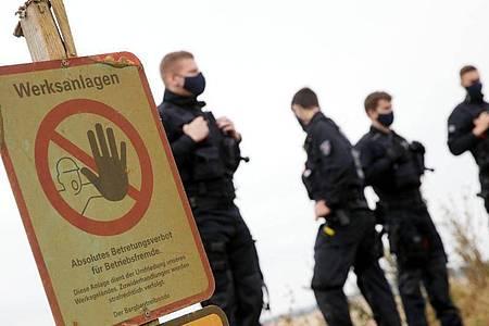 Polizei Beamten stehen im Tagebau Garzweiler an der Abbruchkante. Ein bundesweites Bündnis von Umweltverbänden und Klimagruppen will dort gegen die Zerstörung der gefährdeten Dörfer und für Klimagerechtigkeit protestieren. Foto: David Young/dpa