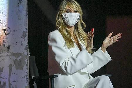 Model Heidi Klum mit einem Mundschutz bei einer Modenschau. Foto: Jens Kalaene/dpa-Zentralbild/ZB