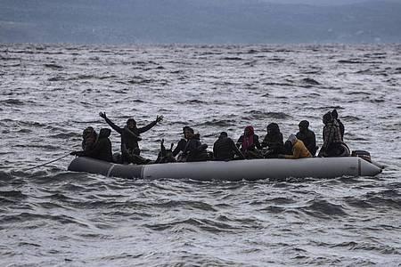 Einaus der Türkei kommendes Schlauchboot mit Migranten aus Afrika vor der Küste einer griechiscehnInsel. Foto: Angelos Tzortzinis/DPA/dpa