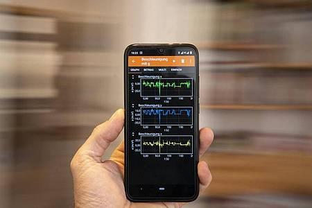Im Kreis herum: Welche Beschleunigungskräfte dabei auftreten, kann Phyphox messen und anzeigen. Foto: Florian Schuh/dpa-tmn