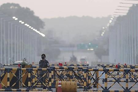 Ein Soldat der südkoreanischen Armee patrouilliert an der Grenze. Foto: Ahn Young-Joon/AP/dpa