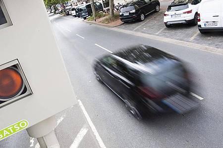 Ein kombiniertes Gerät für die Rotlicht- und Geschwindigkeitsmessung steht an der Hildesheimer Straße in Hannover. Foto: Julian Stratenschulte/dpa