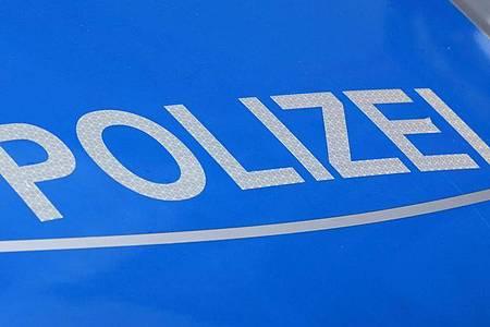 Der Schriftzug Polizei auf einem Polizeiwagen. Foto: Jens Kalaene/dpa-Zentralbild/dpa