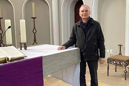Pfarrer Burkhard Bornemann in seiner Zwölf-Apostel-Kirche. Foto: Silvia Kusidlo/dpa