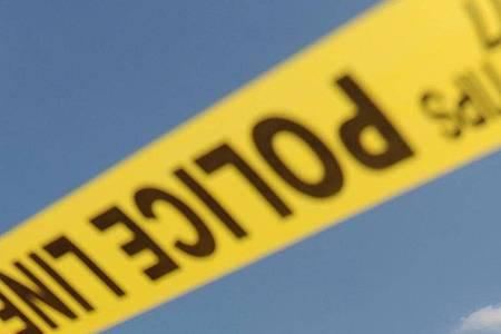 Die Polizei war kurz vor Mitternacht zu der Lagerhalle nahe dem Flughafen der Stadt gerufen worden. Foto: Michael Reynolds/EPA/dpa