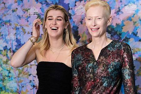 Honor Swinton Byrne (l), Schauspielerin aus Schottland und Tochter der Schauspielerin Tilda Swinton (r) in Cannes. Foto: Vianney Le Caer/Invision/dpa