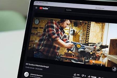 Profi bei der Arbeit: Johannes Börnsens Youtube-Videos sehen sich zum Teil mehrere Tausend Nutzer an. Foto: Catherine Waibel/dpa-tmn