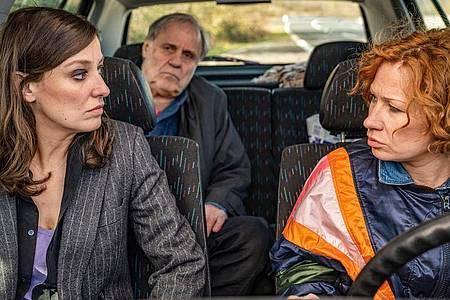 Martha (Alexandra Maria Lara) fährt mit ihrem Vater (Josef Bierbichler) in den Süden. Mit dabei ist ihre Freundin Betty (Birgit Minichmayr). Foto: Warner Bros/dpa