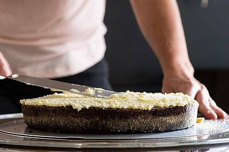 Damit die Buttercreme gelingt, müssen Butter und Pudding die gleiche Temperatur haben - am besten 20 Grad Zimmertemperatur. Sonst kann die Creme gerinnen. Foto: Franziska Gabbert/dpa-tmn