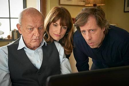 Wilsberg (Leonard Lansink, l-r), Alex (Ina Paule Klink) und Ekki (Oliver Korittke) auf der Suche nach der Wahrheit. Foto: Guido Engels/ZDF/dpa