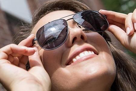 Damit man die Augen nicht zusammenkneifen muss: Für den deutschen Sommer empfehlen sich Sonnenbrillen mit Gläsern der Blendschutzkategorie 2. Foto: Christin Klose/dpa-tmn