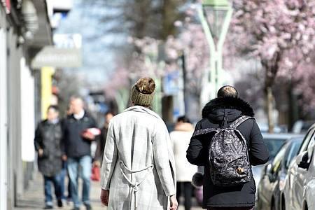 Menschen spazieren in Essen und genießen das sonnige Wetter. Foto: Caroline Seidel/dpa
