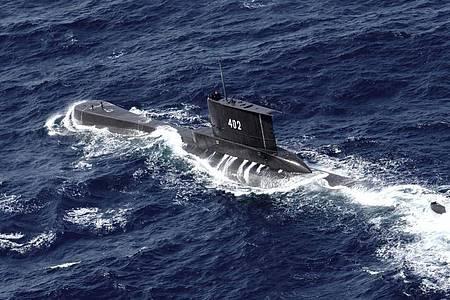 Das U-Boot KRI Nanggala der indonesischen Marine fährt in den Gewässern vor Ost-Java (Luftbild aus einer indonesischen Marine-Hubschrauber). Das mit 53 Seeleuten an Bord vermisste indonesische Militär-U-Boot liegt vermutlich 600 bis 700 Meter unter Wasser. Foto: Eric Ireng/AP/dpa