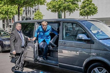 Während der Corona-Krise lässt sich die Kanzlerin häufig in dem Minibus chauffieren, um die Abstandsregeln einzuhalten. Foto: Michael Kappeler/dpa