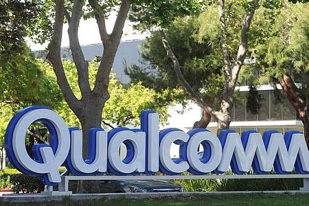 Das Logo von Qualcomm ist vor einem Gebäude des Chipkonzerns zu sehen. Foto: Andrej Sokolow/dpa