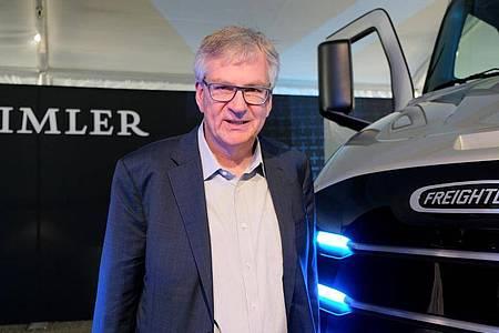 Martin Daum, Chef der Daimler-Lastwagensparte, stellt Elektro-Lastwagen der Marke Freightliner vor. Waymo gilt als führend in der Entwicklung des autonomen Fahrens. Nun tut sich die Google-Schwester mit dem Lastwagenbauer Daimler zusammen, der ebenfalls an der Technik arbeitet. Foto: Axel Postinett/dpa