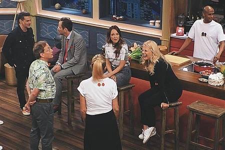 Wer zweimal beim Lachen erwischt wird, fliegt raus: In «LOL - Last One Laughing» sind zehn prominente Comedians in einem Raum eingeschlossen und sollen sich gegenseitig zum Lachen bringen - ohne selbst die Mundwinkel zu verziehen. Foto: Amazon Prime Video/dpa
