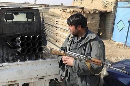 Das Archivfoto zeigt einen afghanischen Sicherheitsbeamten in der Nähe von Kabul. Foto: Rahmat Gul/AP/dpa