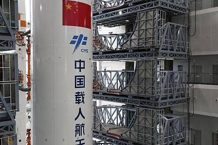 Die Kombination aus dem Kernmodul «Tianhe» der chinesischen Raumstation und der Langer-Marsch-5B-Y2-Rakete wird zum Startbereich der Wenchang Spacecraft Launch Site in der südchinesischen Provinz Hainan transportiert. Foto: Guo Wenbin/XinHua/dpa