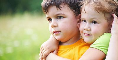 Mädchen und Junge beim Spielen draußen