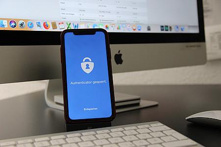 Smartphone mit Sicherheits-App