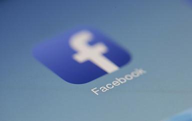 Facebook-Icon auf einem Monitor
