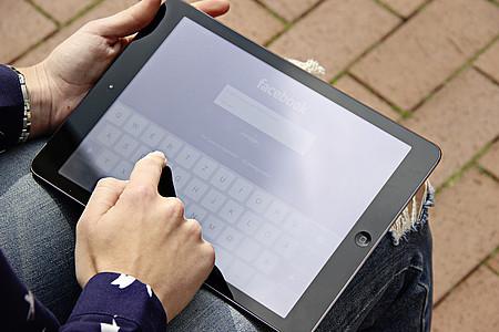 Tablet auf dem Facebook geöffnet ist