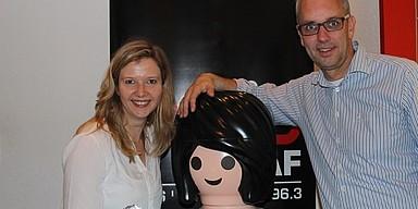 Markus Bussmann und Ina Artig zusammen mit einer großen Playmobil-Figur