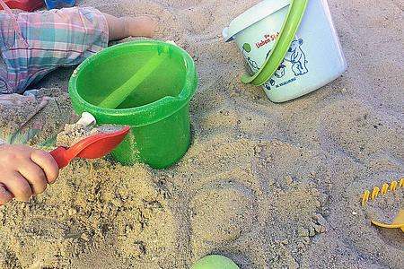 Kind spielt im Sand am Strand
