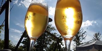 Zwei Biergläser in der Sonne