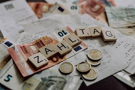 Zahltag Motiv Geldscheine und Rechnungen
