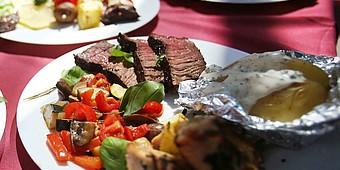 Steak mit Gemüse und Ofenkartoffel angerichtet