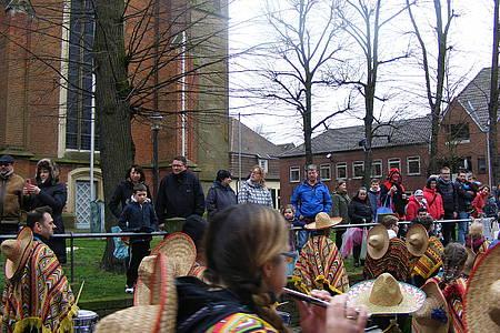Jubelnde Jecken beim Rosenmontagsumzug in Sendenhorst
