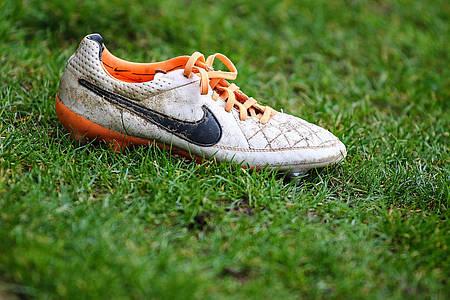 Fußball-Schuh auf Rasen