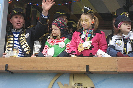 Jung und alt feiert Karneval in Hoetmar