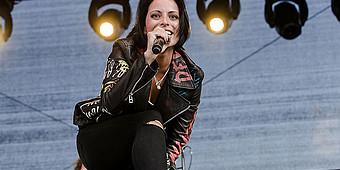 Frontfrau Stefanie Kloß von Silbermond steht in Ahlen auf der Bühne und singt für die Aktion Lichtblicke